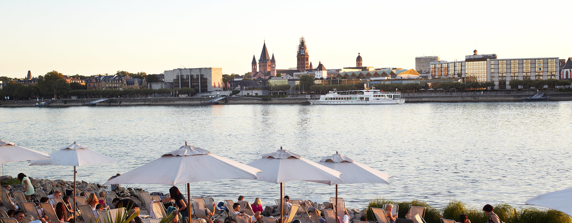 View from Mainz-Kastel towards the banks of the Rhine and the cathedral of Mainz